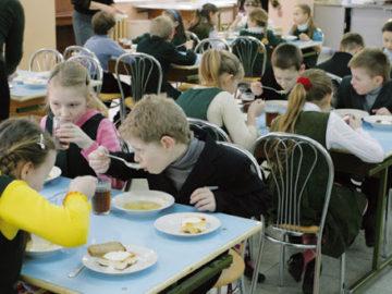 Toți elevii din clasele primare și gimnaziale vor fi alimentați la școală
