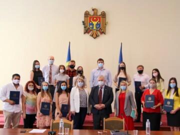 Diploma Ministerului Educației, Culturii și Cercetării a fost decernată tinerilor, care în perioada pandemiei virusului COVID-19 au contribuit la dezvoltarea domeniilor educație, cultură și tineret
