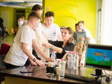 """Tinerii cu vârsta cuprinsă între 11-18 ani pot participa online la Hackathon """"REClama"""", ediția a II-a și câștia premii bănești"""